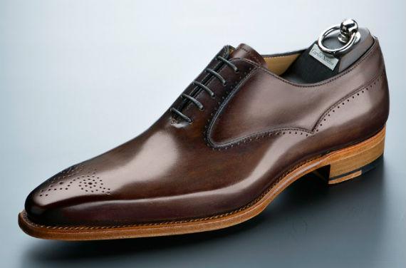 ... a matéria prima de alta qualidade, o uso de mão de obra altamente  especializada e o design clássico com toques modernos colocam a Carlos  Santos entre as ... b629851449