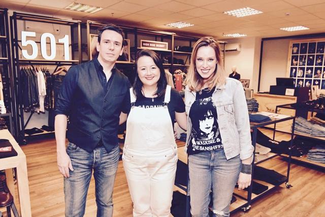 Ricardo Terrazo Jr., Marina Kadooka e Barbara Durte no showroom da Levi's