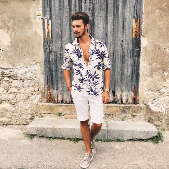 Look masculino para verão com estampa botânica