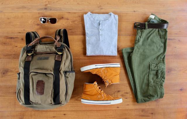 Look masculino para o outono com camisa henley e calças cargo