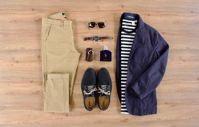 Look masculino para o outono com camiseta listrada e blazer de sarja