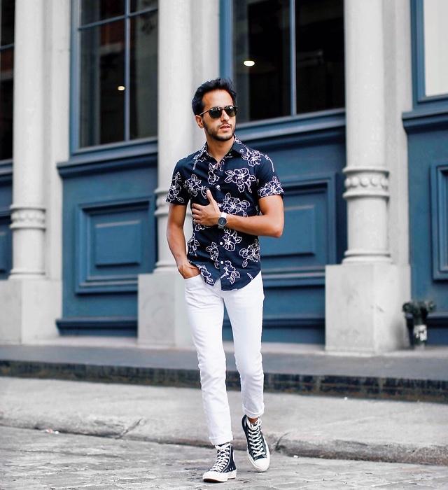 Camisa floral combinada com o tênis marinho